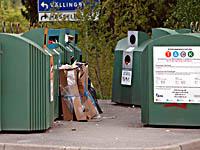 Skräpigt vid återvinningsstationen